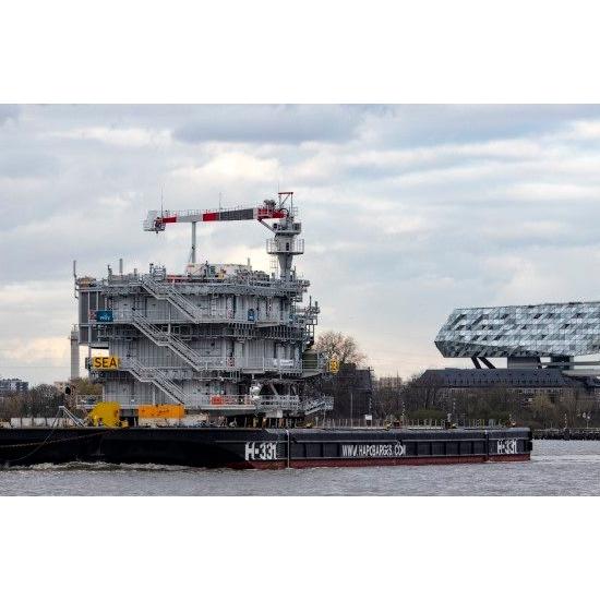 Eerste van twee offshore substations voor SeaMade onderweg naar de Belgische Noordzee